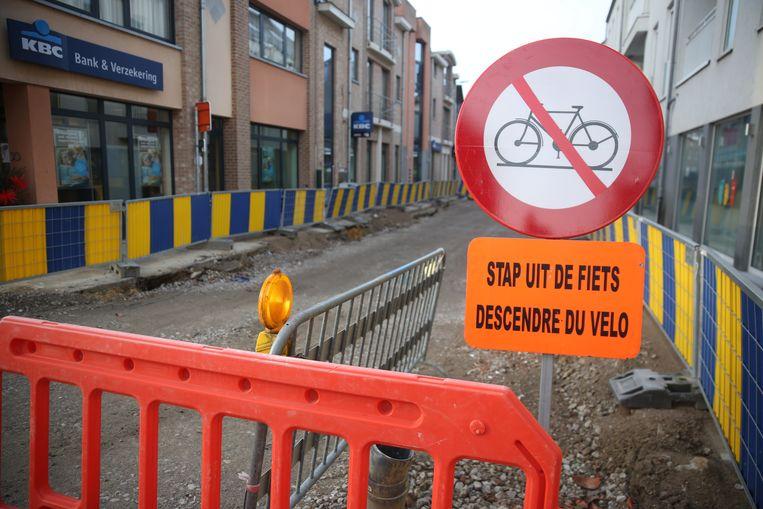 Fietsers moeten 'uit de fiets stappen' op de werf in de Dorpsstraat in Sint-Genesius-Rode.