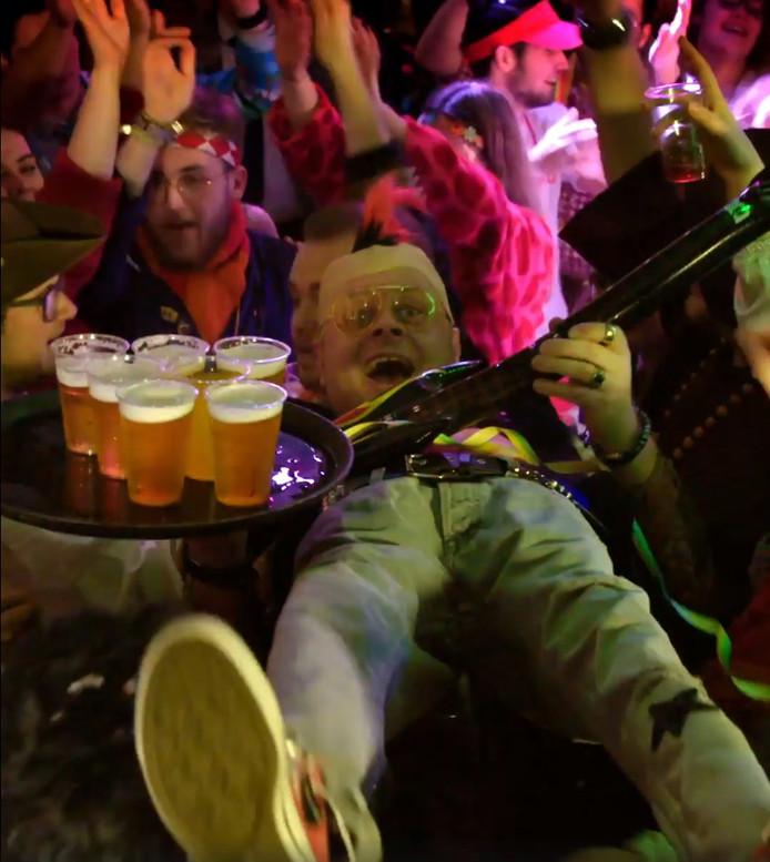 Chris Poldervaart uit Woudrichem kruipt voor Bol.com in de huid van Leo en maakt een crowdsurf-pak voor carnaval. Screenshot uit de video.