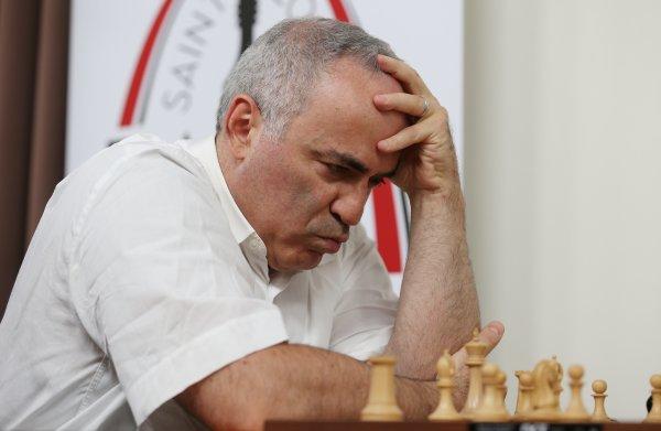 Kasparov vergeet even een regel bij eenmalig optreden
