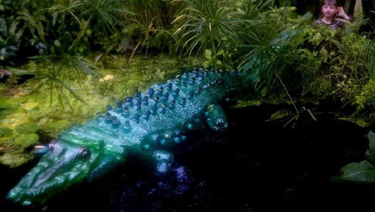 Een krokodil van petflessen, een creatie van de Tsjechische kunstenares Veronika Richterova. Beeld afp