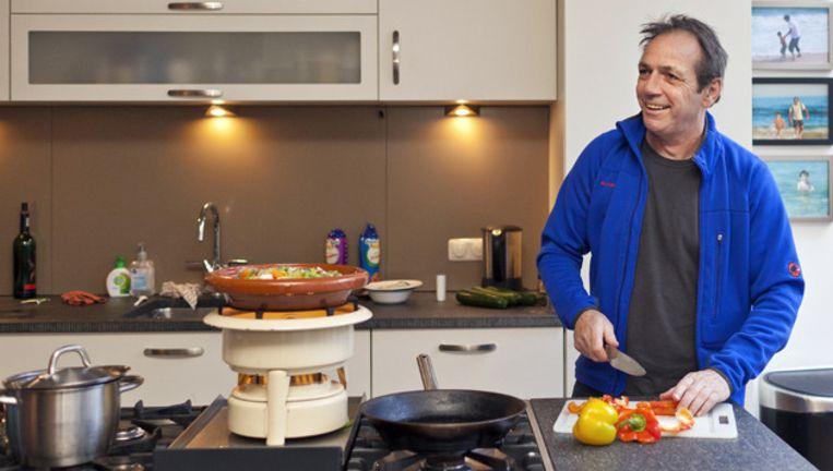 Rob probeert van alles in de keuken: hoe moeilijker, hoe beter. © Marc Driessen Beeld