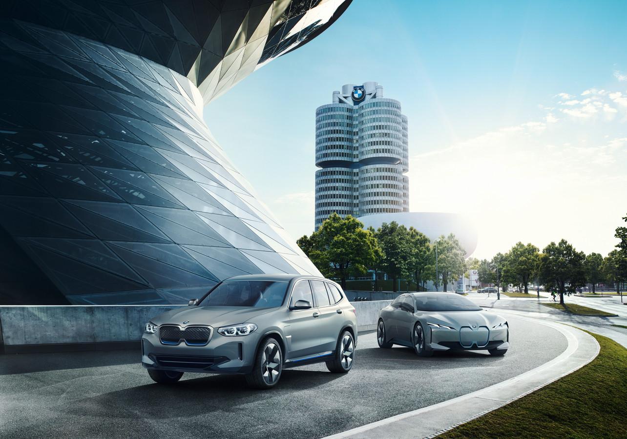 Elektrische studiemodellen van BMW, met op de achtergrond het iconische kantoor waar ook Pieter Nota werkt