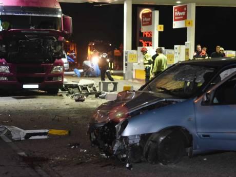 Auto ramt pomp uit grond bij tankstation op A58 bij Zegge, bestuurder raakt gewond