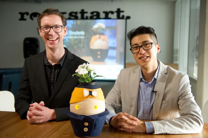 Robert Paauwe van Tinybots samen met Wang Long.