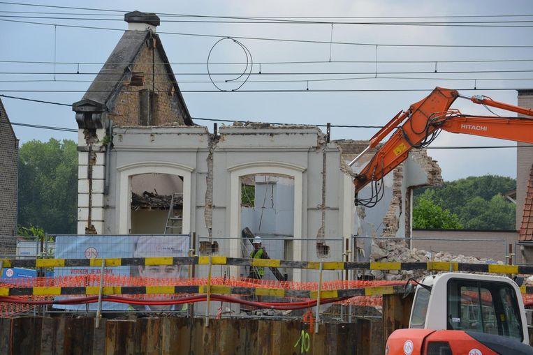 Een kraan brak de laatste muren van het oude stationsgebouw af.