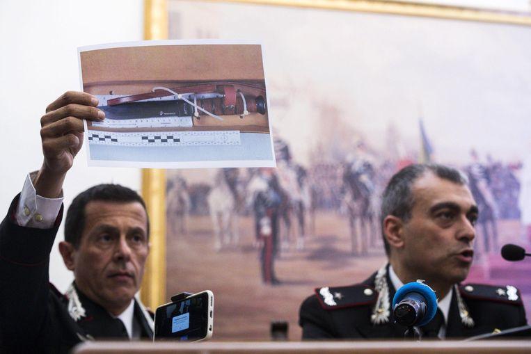 Kolonel Lorenzo D'Aloia laat tijdens de persconferentie een foto zien van het mes waarmee agent Mario Cerciello Rega is doodgestoken.
