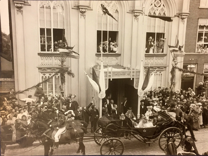 Bezoek Koningin Wilhelmina en Prins Hendrik aan het Zwanenbroedershuis in 1904. Foto BHIC.