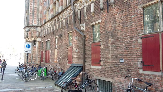 De plek aan De Waag waar de ketel hing is en blijft leeg.
