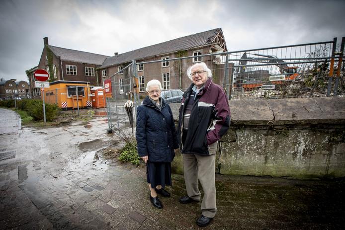 Zuster Amande Velthuis en Henk Poorthuis gaven les op de oude huishoudschool. De sloop van het pand is in volle gang.
