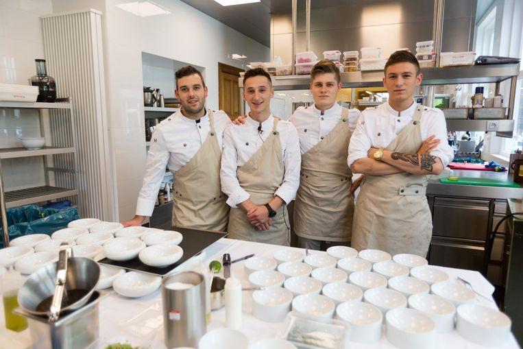 Chef Pajtim Bajrami (op de foto de tweede van links) met zijn keukenteam. Hij gebruikt voor het lunchmenu uitsluitend Limburgse streekproducten.