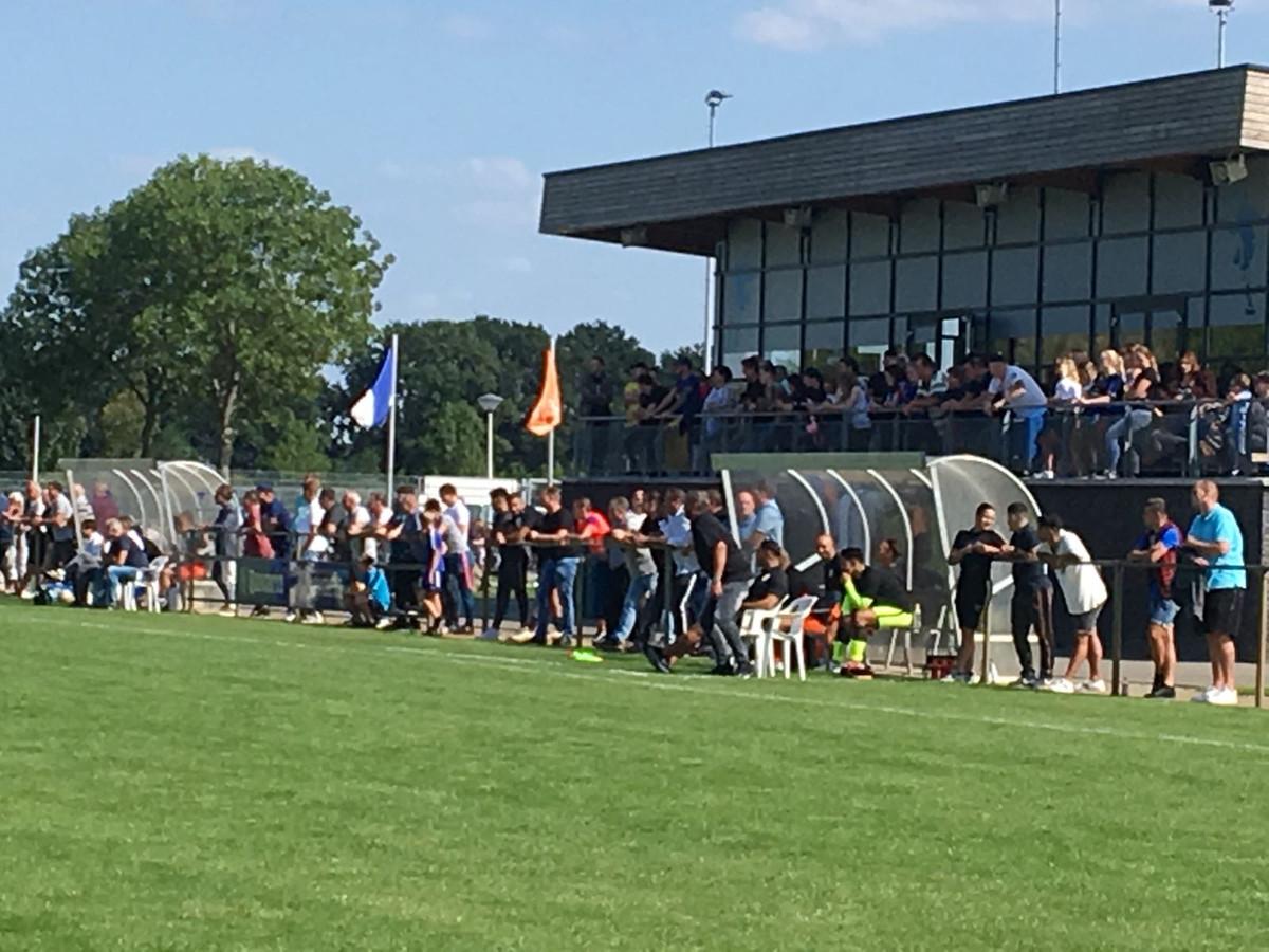 Fans van Oranje Zwart volgen de wedstrijd van hun geplaagde club uit tegen Bruheze