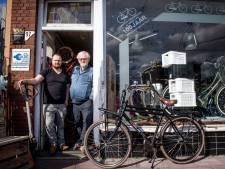 Aan de buitenkant is niet te zien dat fietsen uit deze winkel in Almelo de hele wereld overgaan