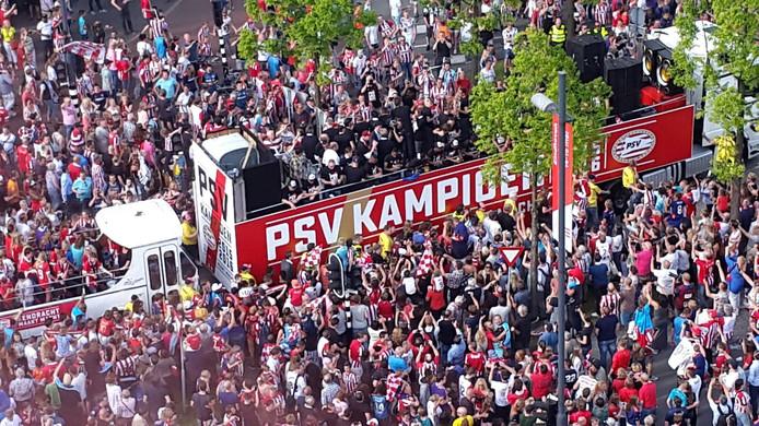De platte kar onderweg naar het Stadhuisplein gefotografeerd op het 18 Septemberplein.