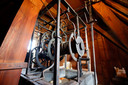 De zolder wordt in beslag genomen door het oude uurwerk van de torenklok. Dat werkt p dit moment niet, maar wordt binnenkort in ere hersteld.