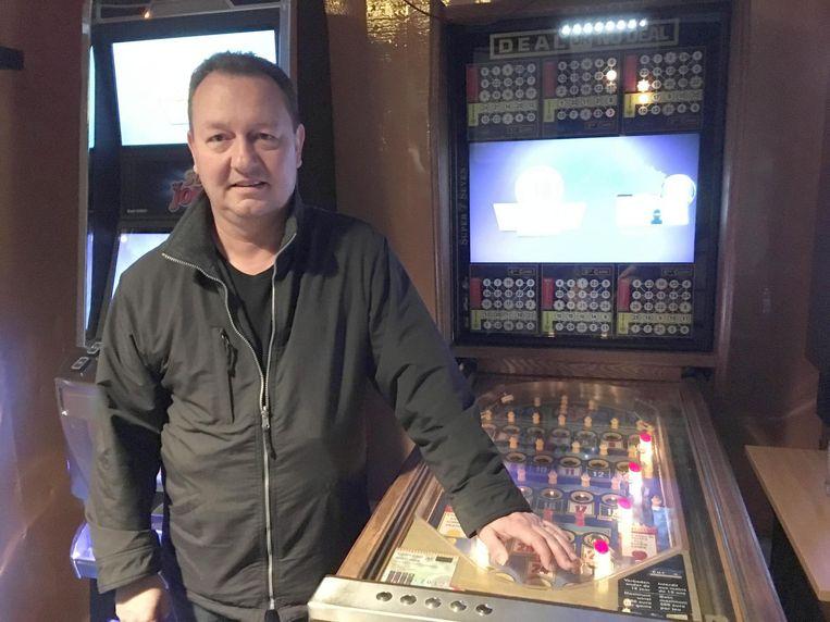Uitbater en gedupeerde Ronny Jacobs van café Bananas, aan de geviseerde bingokast.