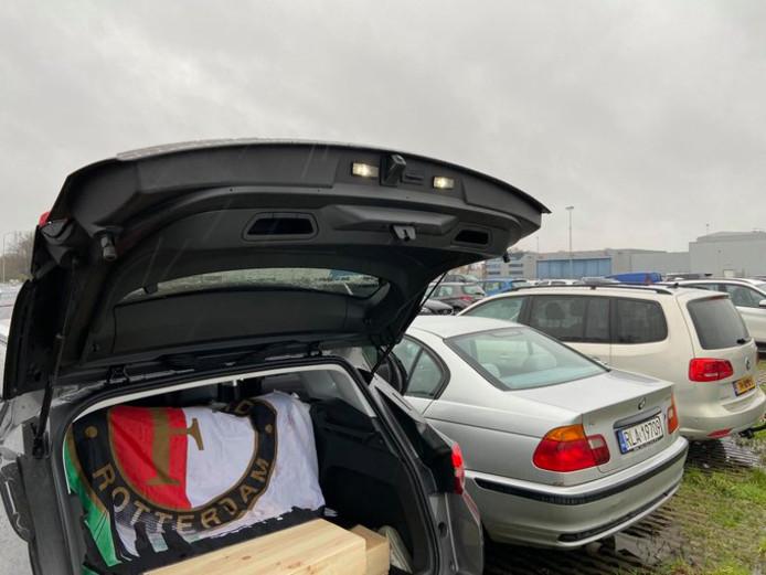 Natuurlijk lag er een Feyenoordvlag op de achterbank.