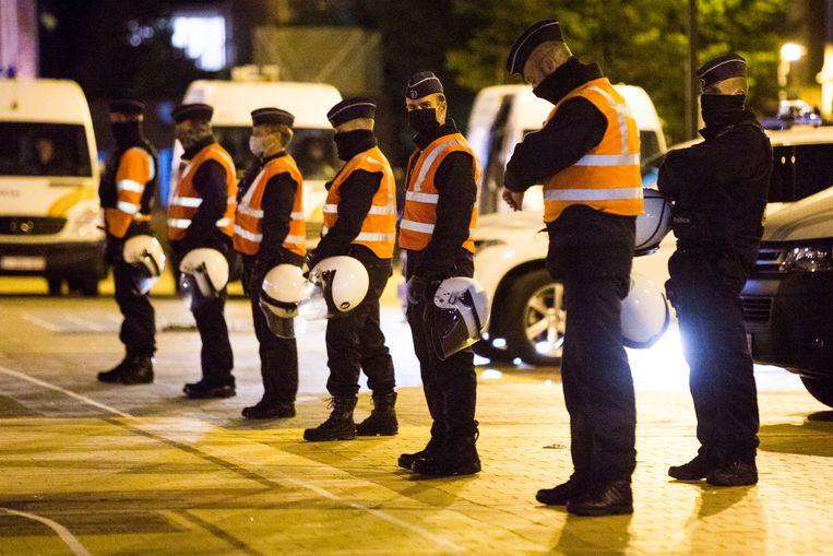 Na  de sluitingstijd om 1 uur 's nachts ontruimt de Belgische politie het Alfred Verweeplein in Knokke-Heist, waar veel Nederlandse jongeren uitgaan. Beeld Arie Kievit
