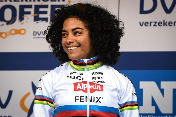 Wereldkampioene Ceylin Del Carmen Alvarado, winnares van vorig jaar, rijdt in Gieten in de regenboogtrui.