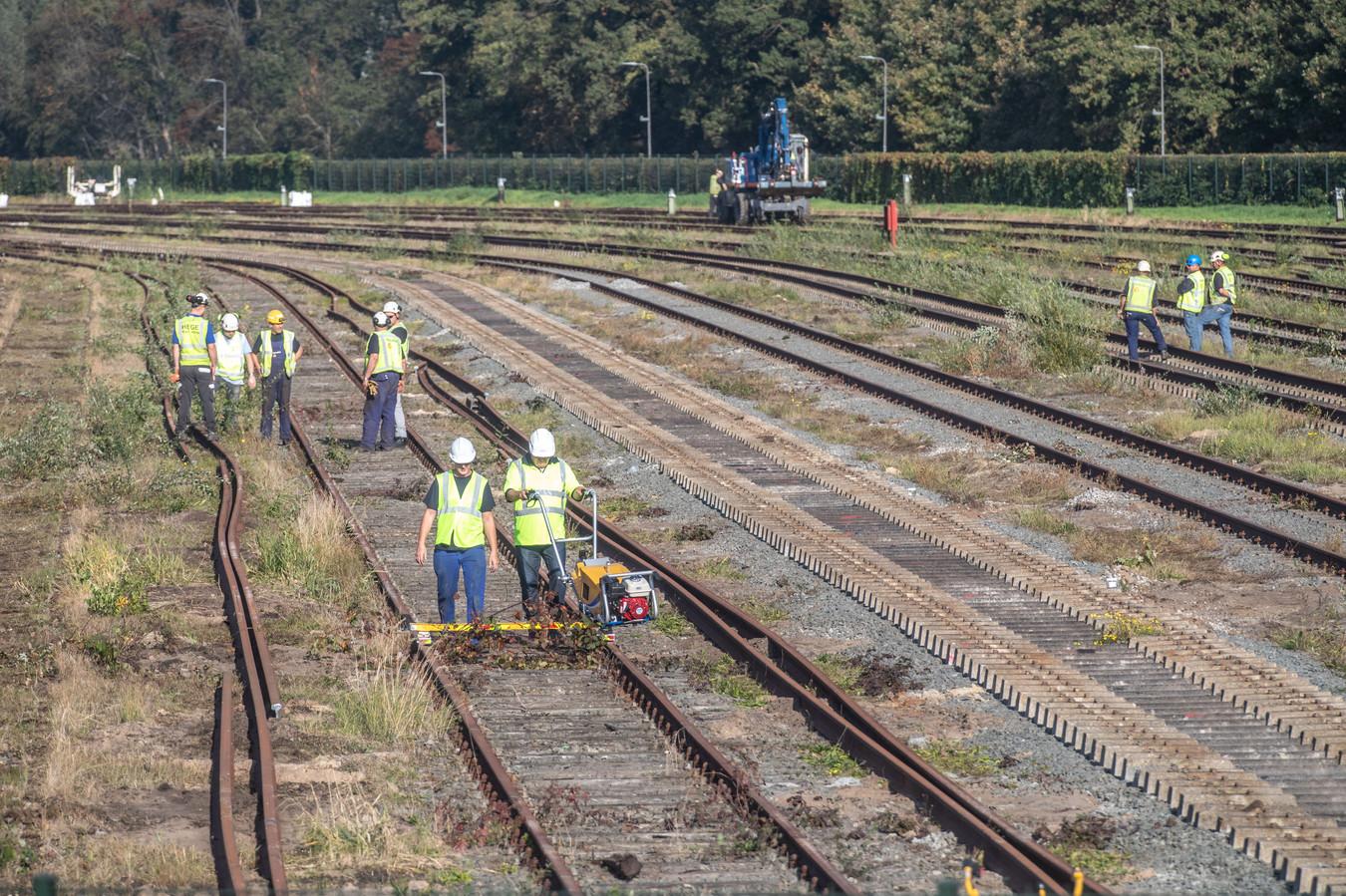 ProRail werkt aan het rangeerterrein in Zwolle naast het Engelse Werk.