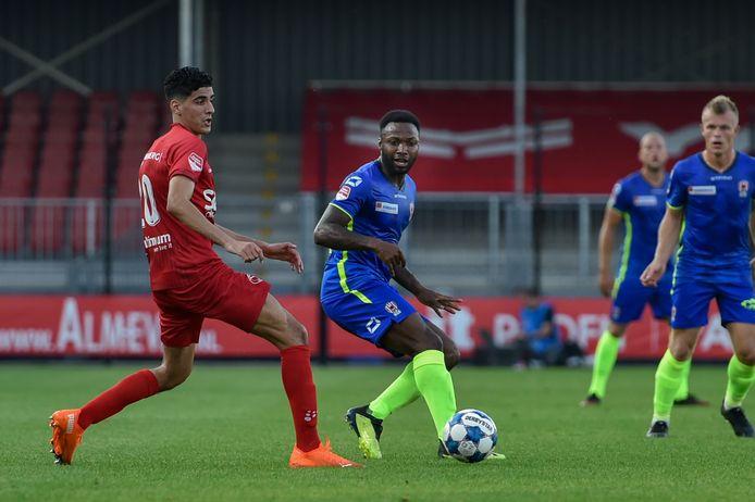 Lorenzo Pique (TOP Oss, midden) in duel met Oussama Bouyaghlafen van Almere City.
