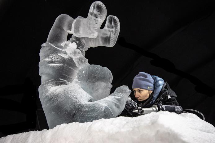 Een van de carvers aan het werk, tijdens de laatste editie van het ijsbeeldenfestival.
