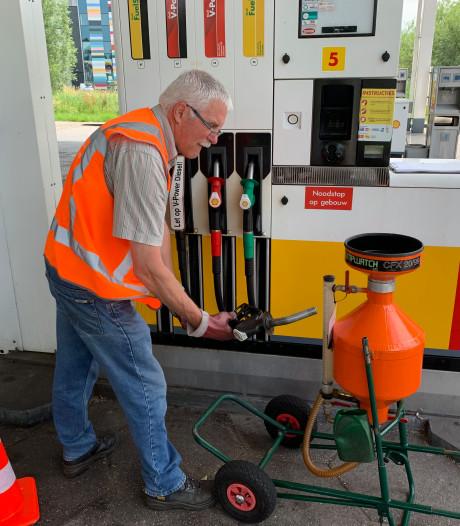 Hoeveel benzine komt er nu écht uit de slang? Gijs checkt 4000 pompen