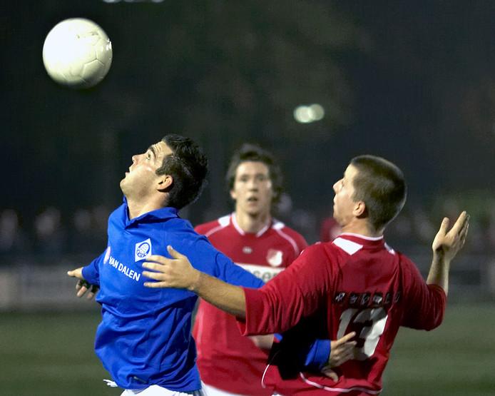 RKHVV'er Nicky van Verseveld (l) houdt Perry Nesselaar van Jonge Kracht op afstand.
