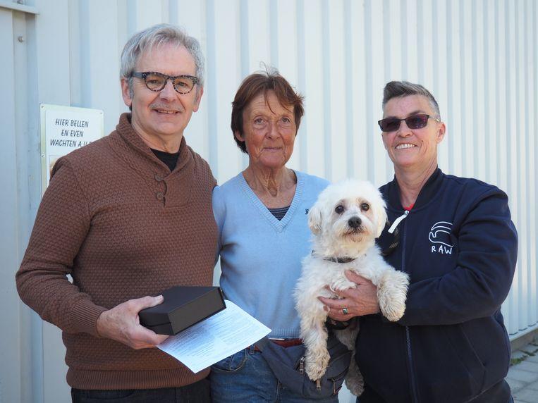 Jan Kerremans, ondervoorzitter Martine Van Stappen en voorzitter Chris Cools in Dierenasiel Dierenwereldkruis in Sint-Amands