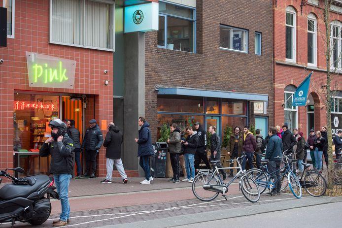 Vlak voor horeca grotendeels gesloten werden, ontstonden er lange rijen voor coffeeshops. Na een dag mochten zij weer open, maar klanten moeten binnen wel anderhalve meter afstand kunnen houden.