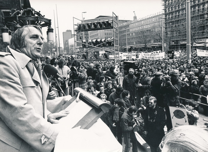 De vorig jaar overleden Cees Schelling, voorzitter van onder meer de Voedingsbond FNV, spreekt in februari 1980 op de Coolsingel in Rotterdam actievoerders toe.
