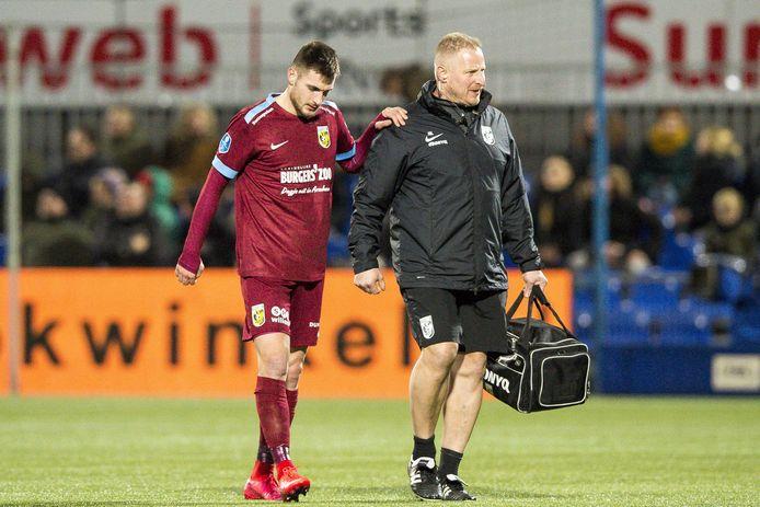 Matus Bero stompelt het veld af bij PEC Zwolle, met steun  van de fysiotherapeut van Vitesse, Jos Kortekaas.