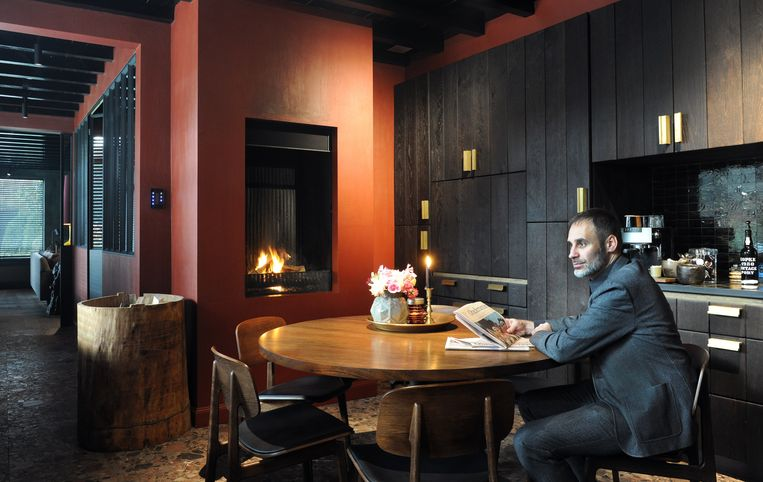 Frederiek Van Pamel in zijn stijlvolle keuken.