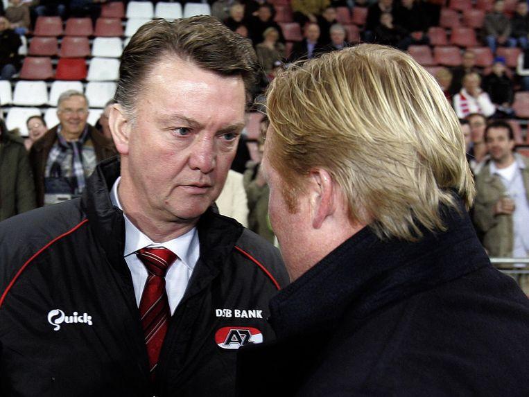 Van Gaal ontmoet Koeman als trainer van AZ. Koeman was indertijd hoofdtrainer bij PSV. Beeld anp