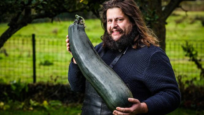 """Laurens kweekt courgette van 8,2 kilo (!): """"Ga er grote pot soep van maken voor tijdens Ronde van Vlaanderen"""""""