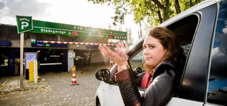 De parkeerterreinen bij Rotterdamse metrostations staan vol, maar uitbreidingsplannen blijven uit