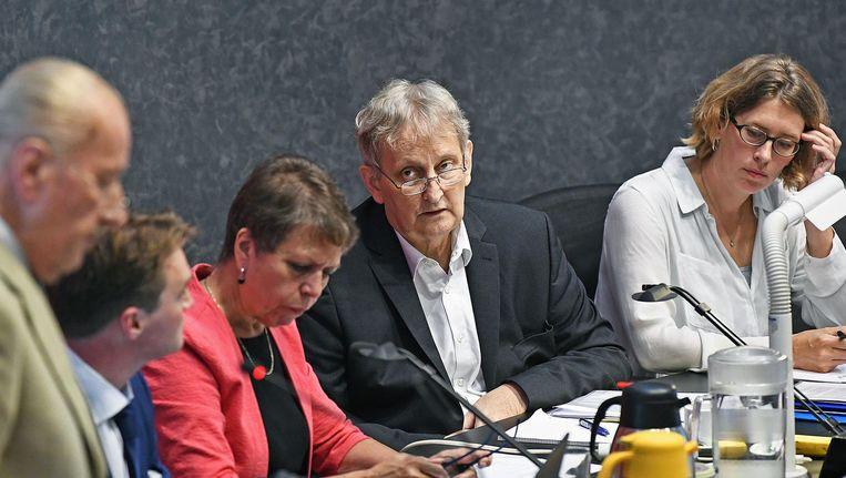 Burgemeester Van der Laan luistert naar Theo Hiddema tijdens het debat over antiradicaliseringsaanpak. Beeld Guus Dubbelman / de Volkskant