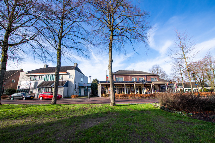Links de plek aan de Waalrese Markt waar de appartementen gebouwd worden, rechts de Wolderse Wever.