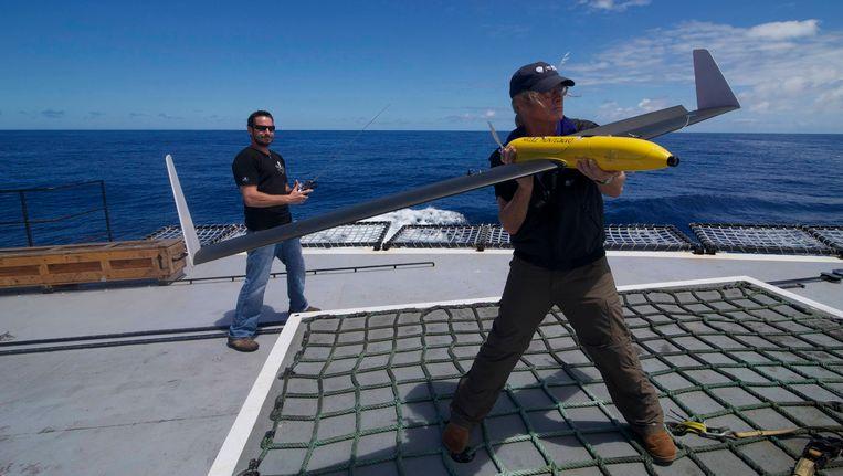 Leden van Sea Shepherd met hun drone. Beeld REUTERS