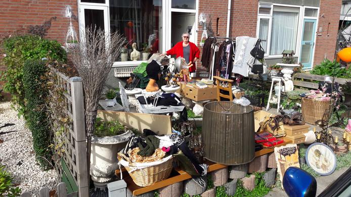 Loes van Doorn helpt een vriendin met verkopen aan de Schoolweg.