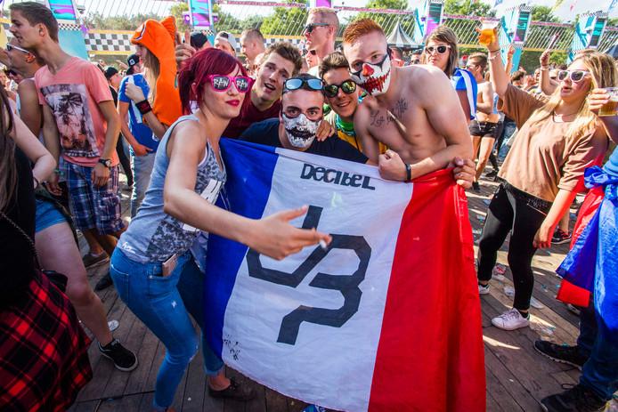 Ondanks de gezellgheid, werden ruim 40 festivalgangers aangehouden bij Decibel.