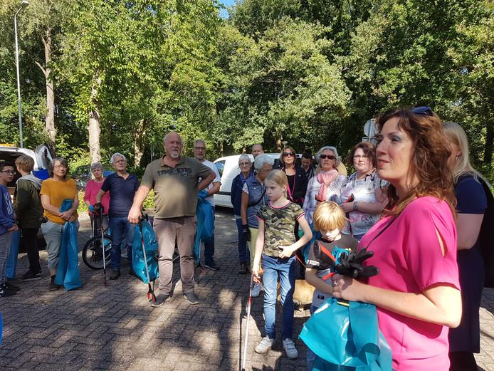 Nicole IJzermans (rechts) spreekt de afvalrapers toe voorafgaand aan de schoonmaakactie.
