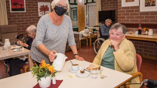 Diane (69) kan na zeven maanden weer pannenkoeken bakken met bewoners van WZC Sint-Jozef in Kessel