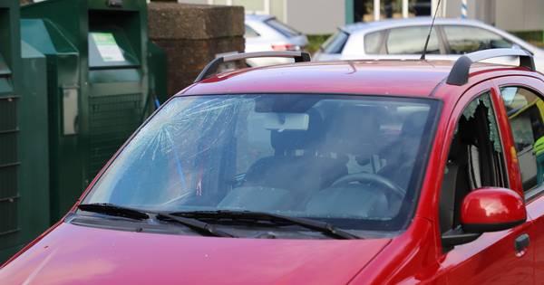 Ramen van auto gesprongen bij botsing met snorscooter in Heeswijk-Dinther.