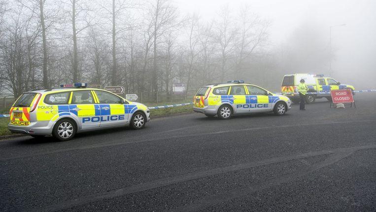 Politieauto's blokkeren de toegang tot de plek waar de vier inzittenden van de helikopter zijn verongelukt Beeld epa