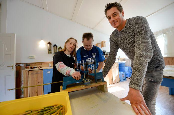 De Stichting Zonnewoud biedt kleinschalige dagopvang en beschermd wonen voor mensen met een verstandelijke beperking. De stichting beschikt nu over een nieuw busje, waarmee meer cliënten naar de dagopvang vervoerd kunnen worden.