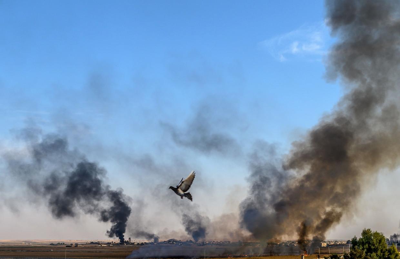 Rook stijgt op uit het stadje  Tal Abyad, in het noorden van Syrië, na een tweede dag van Turkse bombardementen.