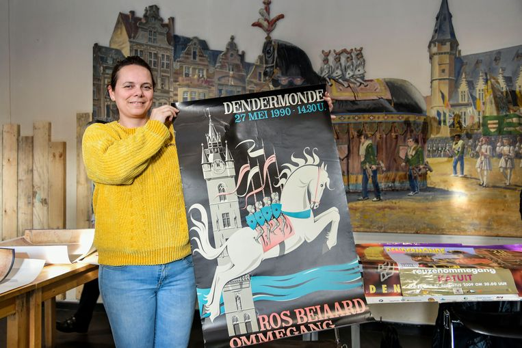 Inge De Cock kan haar café 't Peirt opsmukken met een affiche van de ommegang uit 1990.
