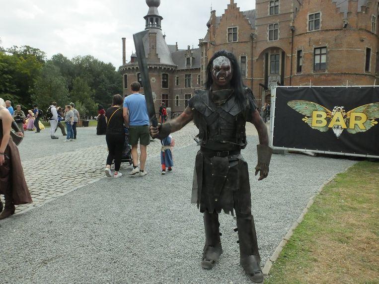 Deze man ging als de Uruk-hai uit Lord of the Rings.