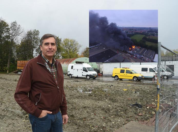 Karel Hofman voor zijn afgebrande garage. Rechtsboven de brand.