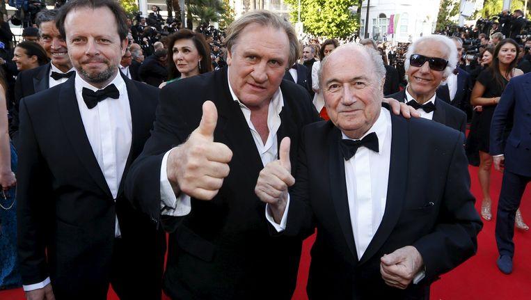 Gerard Depardieu, die een rol heeft in de film, samen met FIFA-voorzitter Sepp Blatter.